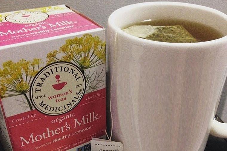 Organic Mother's Milk pha với 240ml nước nóng trong cốc