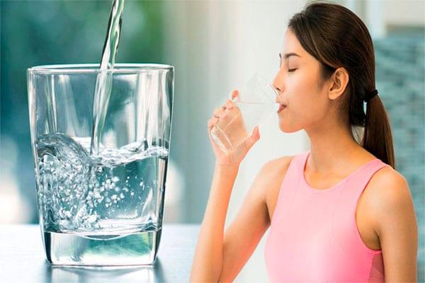 Uống nước đầy đủ mỗi ngày