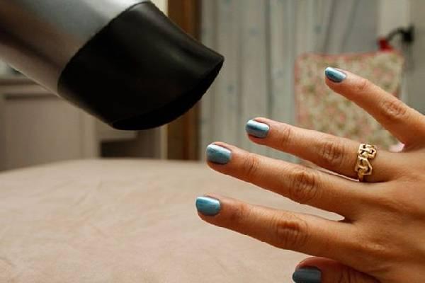 Làm khô sơn móng tay bằng máy sấy tóc
