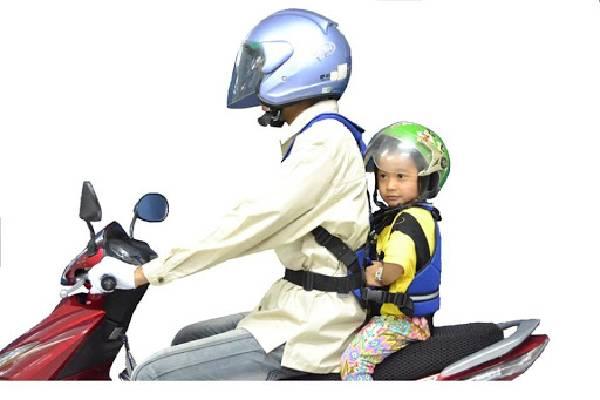 Đội mũ bảo hiểm để trẻ an toàn