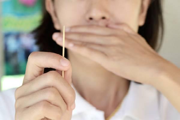 Xỉa răng gây nhiễm trùng răng miệng